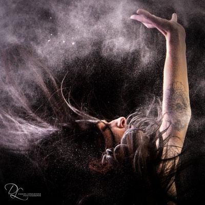 séance photo danse projection de farine au studio dans l'oise-01 ; séance photo farine ; séance photo femme; portrait oise ;  portrait picardie; séance photo à thème