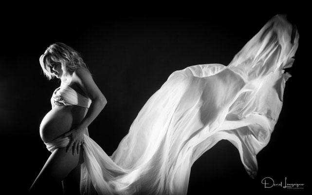 Shooting photo de grossesse originale dans l'oise aux portes du val d'oise, photo artistique noir et blanc, voilage blanc