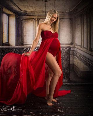 Shooting  avec robe de grossesse rouge body et voilage - photo artistique - voile volant- studio oise, val d'oise