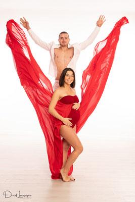 séance photo grossesse  ; studio danimages; situé dans l'oise aux portes du Val d'Oise; robe de créateur ; robe rouge; humoristique; papa ; saut