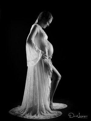Shooting photo de grossesse originale dans l'oise aux portes du val d'oise, photo artistique noir et blanc, robe dentelle blanche