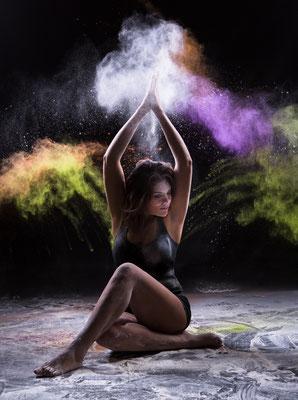 séance photo danse projection de farine au studio dans l'oise-02 ; séance photo farine ; séance photo femme; portrait oise ;  portrait picardie; séance photo à thème