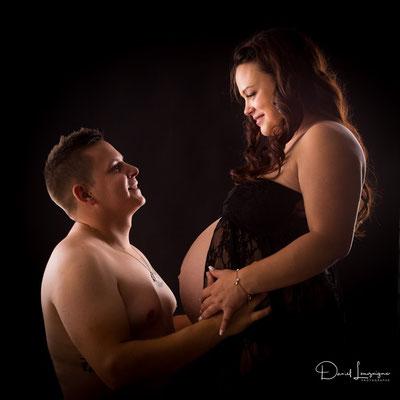 Shooting photo de grossesse originale dans l'oise aux portes du val d'oise, photo artistique - couple regard complice