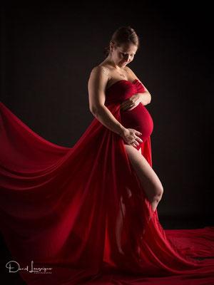séance photo grossesse  ; studio danimages; situé dans l'oise aux portes du Val d'Oise; robe de créateur ; robe rouge