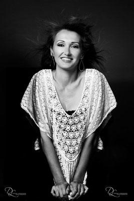Portrait femme souriante au studio photo danimages dans l'oise-01 ; séance photo portrait studio ; portrait femme ; portrait noir et blancportrait oise ;  portrait picardie