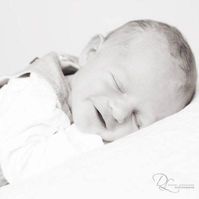 photo studio nouveau né ; photo studio bébé ; photo naissance ; photo bébé ; photo noir et blanc ; shooting photo bébé ; shooting photo bébé ; photo bébé noir et blanc ; photo nourrisson