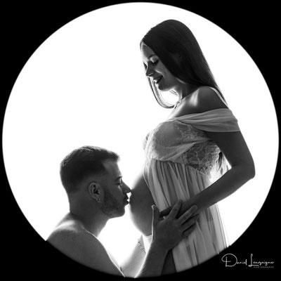 Shooting photo de grossesse originale dans l'oise aux portes du val d'oise, photo artistique noir et blanc, contre jour bisous sur le ventre