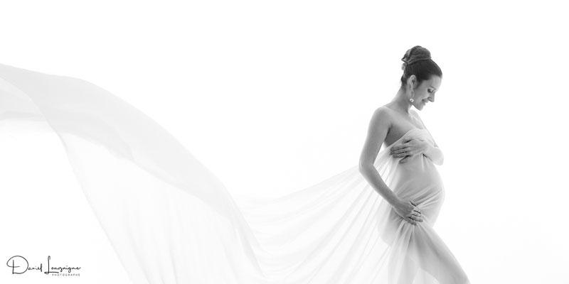 Shooting photo de grossesse originale dans l'oise aux portes du val d'oise, photo artistique noir et blanc, voilage en tulle