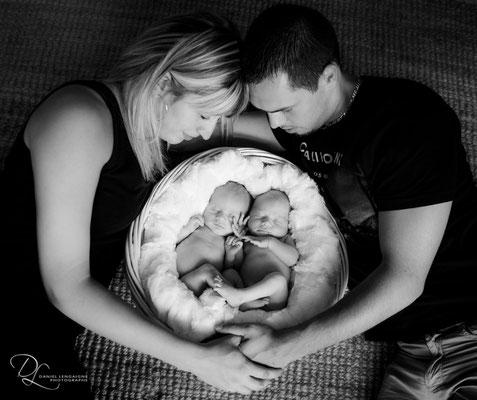 photo studio nouveau né ;  photo studio ; photo jumeaux; photo naissance jumeaux ; photo nouveaux nés ; photo studio bébé ; photo naissance ; photo bébé ; photo noir et blanc ; shooting photo bébé ; shooting photo bébé ; photo bébé noir et blanc