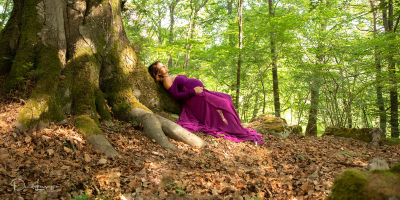 photo grossesse dans les bois jeux de lumière robe violette