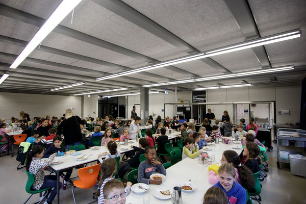 Das Essen in der Mensa der Steinenbergschule - 7