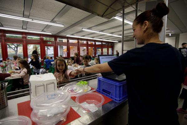 Das Essen in der Mensa der Steinenbergschule - 5