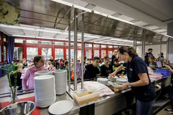 Das Essen in der Mensa der Steinenbergschule - 4