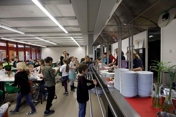 Das Essen in der Mensa der Steinenbergschule - 6