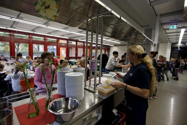 Das Essen in der Mensa der Steinenbergschule - 3