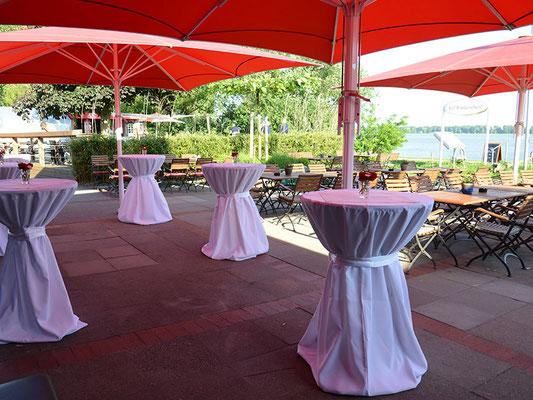 Terrasse mit Tischhussen und Elbblick