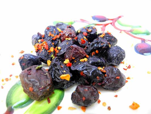 Getrocknete Amfissa Oliven mit Chili und Knoblauch