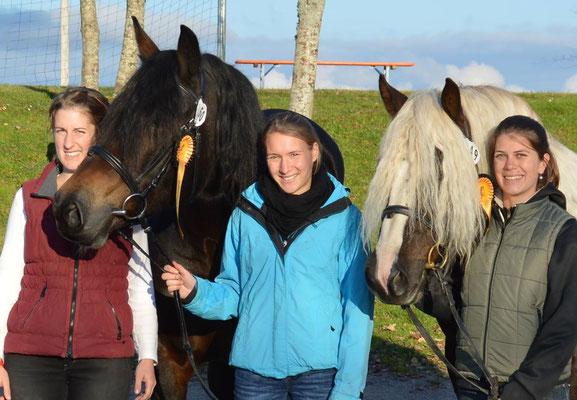 Das charmante Team Schwarzwälder-Farbenvielfalt mit Katha, Eva und Becci sowie den frisch gekürten Staatsprämienstuten Armada und Alicé