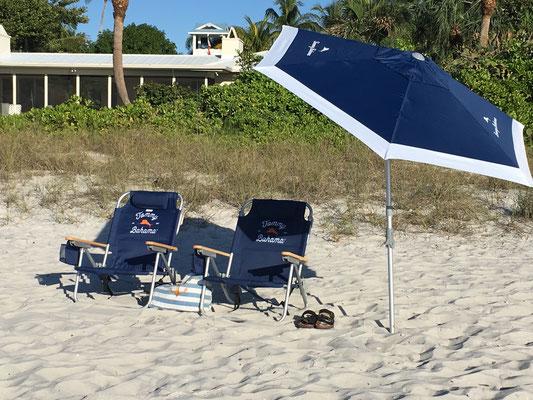 Strand Stühle & Sonnenschirm