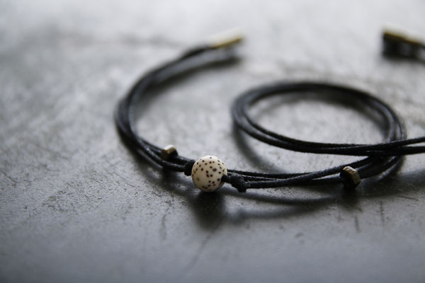 Unser Handgemachtes Armband für Frauen aus Gewachster Baumwolle in Schwarz mit Lotus-Samen-Perle und Magnetverschluss / Our Handmade Women's Bracelet made of Waxed Cotton in Black with Lotus Seed Pearl and Magnetic Clasp / Armband Frauen Damen / Bracelet