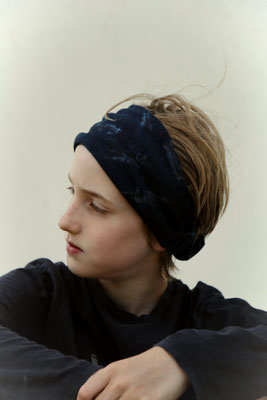 Unser handgemachtes Breites Bio-Haarband aus Leichtem Sweat in Blau mit Federmuster / Our Handmade Wide Organic Light Sweat Bandana in Blue with Feather Design / Bio Haarband Blau /  Organic Bandana Blue / Bio-Stirnband Blau / Organic Headband Blue