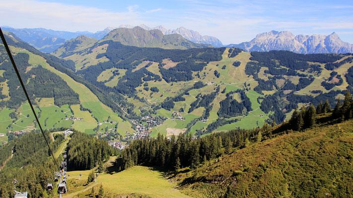 Blick hinunter nach Saalbach und Kohlmeisenkopf, dahinter Spielberghorn und Lofer - Leoganger Gebirge