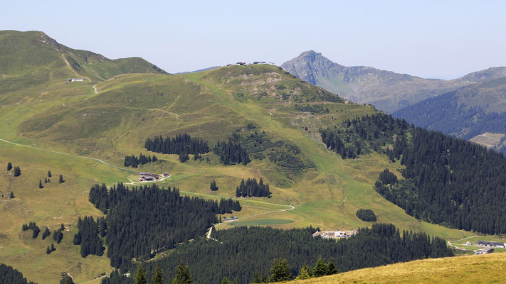 Gegenüber der Zwölferkogel und Winkler Alm (Zwischenstation) mit WM und WC Ski Abfahrtsstrecke