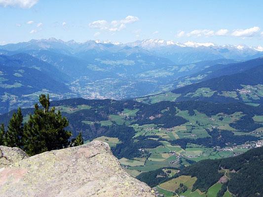 Brixen, im Hintergrund die Zillertaler Alpen