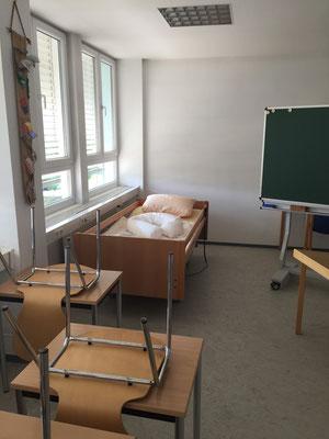 Pflegebett und Pflegepuppe für praktische Übungen