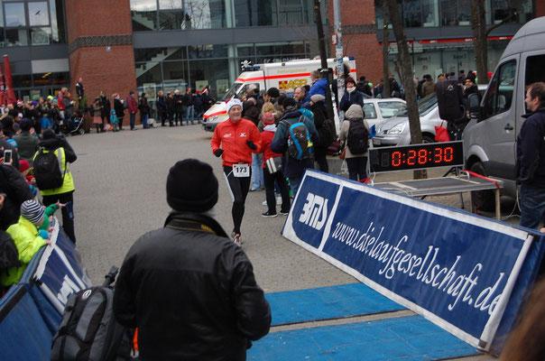 Die letzten Meter, am Ende lief ich die 5,6 Kilometer in 27:57 Minuten (Quelle: www.Laufen-in-Hamburg.de)