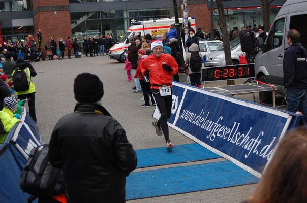 Die Ziellinie ist überquert, vom Start dauerte es dann doch 34 Sekunden bis ich los durfte ( (Quelle: www.Laufen-in-Hamburg.de)