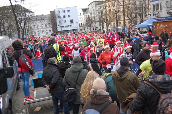 Beim Start vom Vorplatz des Stadions am Nikolaustag zum 5. X-mas-Lauf (Quelle: www.Laufen-in-Hamburg.de)