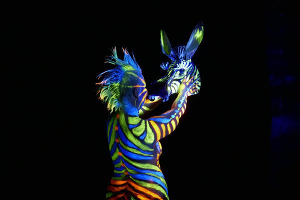 Foto: Antje Püpke UV-Licht-Bodypainting Zebra, Massai