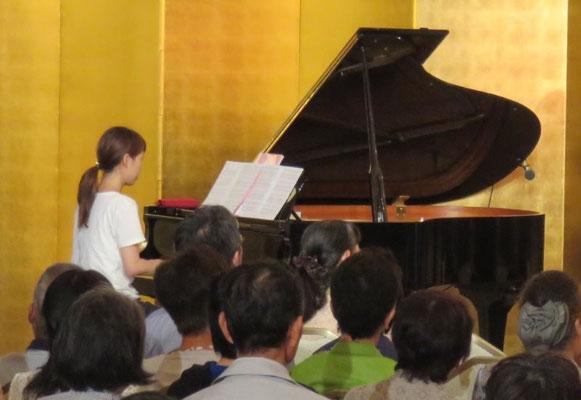 ピアノ伴奏をする川尻真莉佳さん