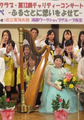 西村光世さんを囲んで嬉しそうな高校生ボランティア