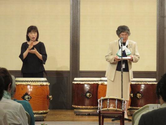 挨拶をするびわこパイロットクラブ会長伊妻三恵子さん