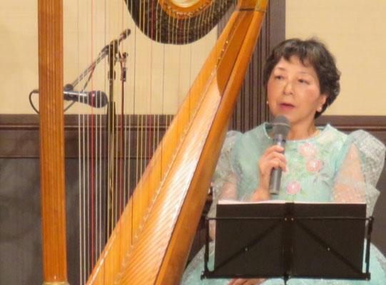 曲の説明と聴衆へのメッセージを語る西村さん