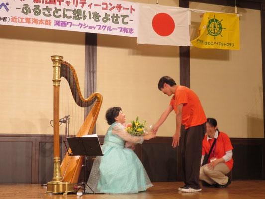 西村さんと握手 西村さんの優しい笑顔