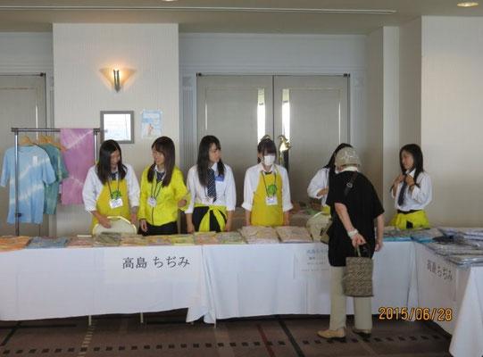 高島ちぢみの販売を担当した高島高校のボランティア