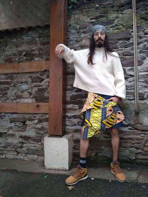 Kilt salopette hyper tendance en jean et wax, vous n'aurez plus envie de mettre de pantalon!