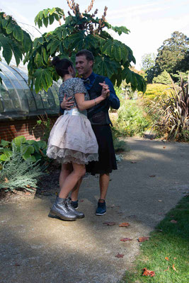 Une valse à un temps, une valse à deux temps, une valse à trois temps, une valse en kilt sur mesure, les jupes volent!