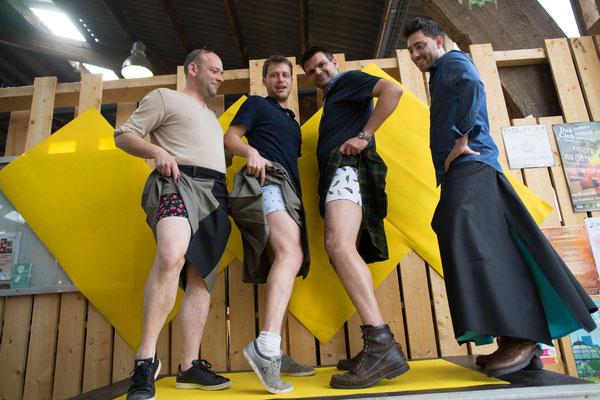 qu' y -a t'il sous les jupes des hommes? la réponse en image!