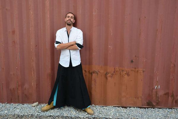 Jupe longue pour homme de style asiatique, création unique et originale d'une jupe longue noire avec des volants colorés se dévoilant dès que l'on marche.