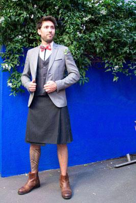 Associer le kilt sur mesure avec une veste de costume, de belles chaussures en cuir et le tour est joué!