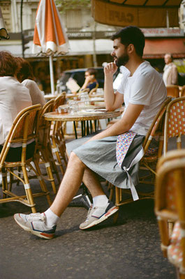 Attablé à la terrasse d'un café, on est bien en kilt salopette, et on a la classe!