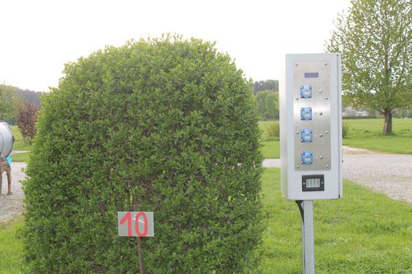 Unsere Stromkästen stehen gut verteilt auf dem Stellplatz, damit Sie hier Ihre Kabel anstecken können. Bezahlung folgt direkt am Automaten.