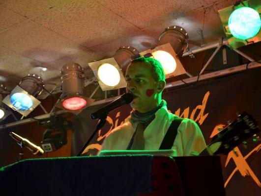Kurt Wagner mit Halstuch und Sonnenbrille auf der Bühne beim Faschingsfest