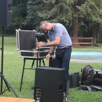 Bühnenaufbau bei Open Air Konzert ohne Faltzelt