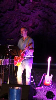 Austropop hautnah bei Open Air Aufführung mit Akustischer Gitarre