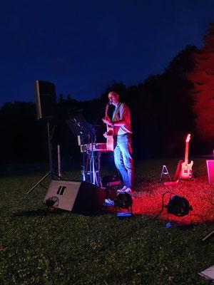 Bei Open Air Auftritten ist meine Akustische Takamine immer dabei